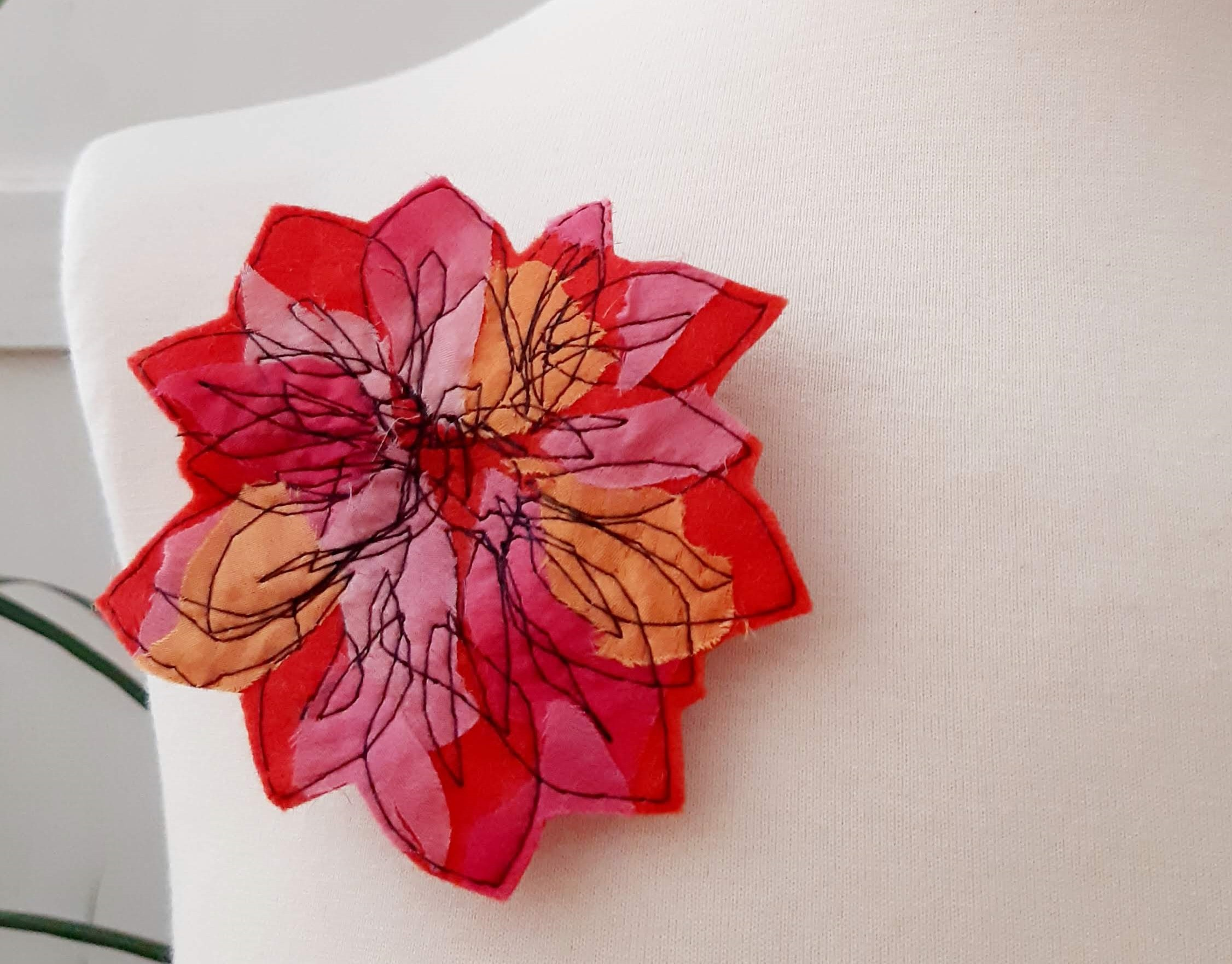 broche flor rojo portada